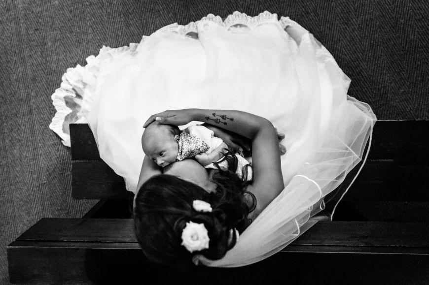 Les enfants - On adore ce moment de tendresse entre la mariée et son nouveau né ! Photo ©Aurélie Allanic. Trouvez le photographe de mariage qui correspond à votre style sur www.regardauteur.com #mariage #wedding #photographe #groupe #famille #enfant #bébé #mariée #maman #noiretblanc