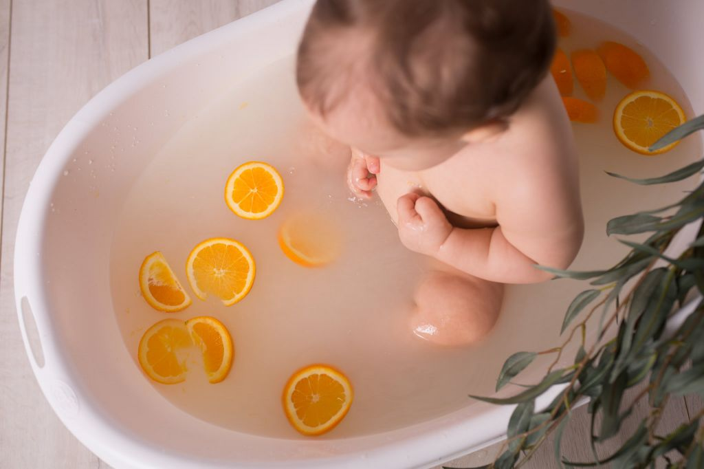 Un bon bain d'orange pour ce bébé ! Photo @Aline Abate  Trouver votre photographe portrait sur www.regardauteur.com/fr  #enfant #bébé #bain #orange #fun #portrait #naturel #photographe #photographie #photography #regardauteur