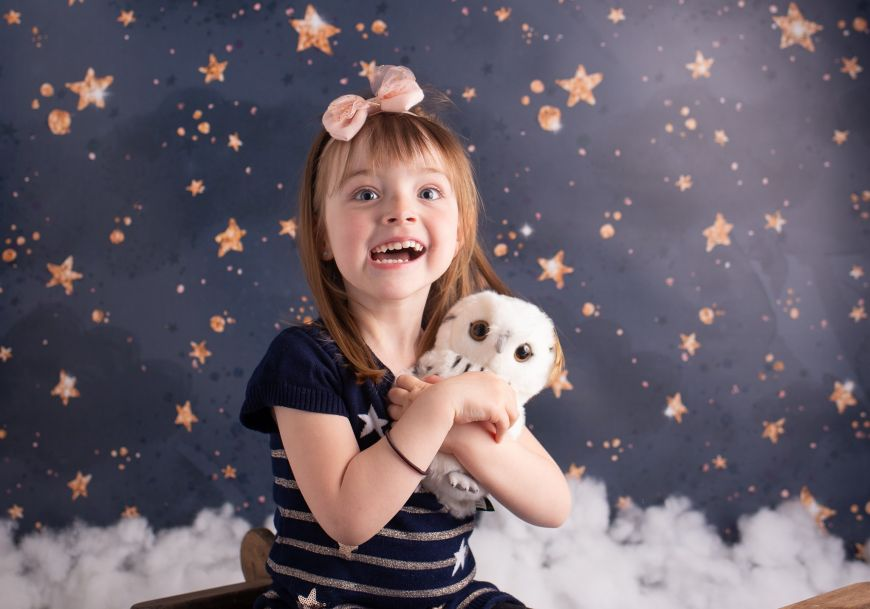 Une enfant spontanée, un doudou et un décor féérique pour une photo pleine de magie. Photo @Aurore Deroulez  Trouver votre photographe sur www.regardauteur.com   #enfant #doudou #jeunefille #magie #étoile #shooting #portrait #photographe #photographie #regardauteur