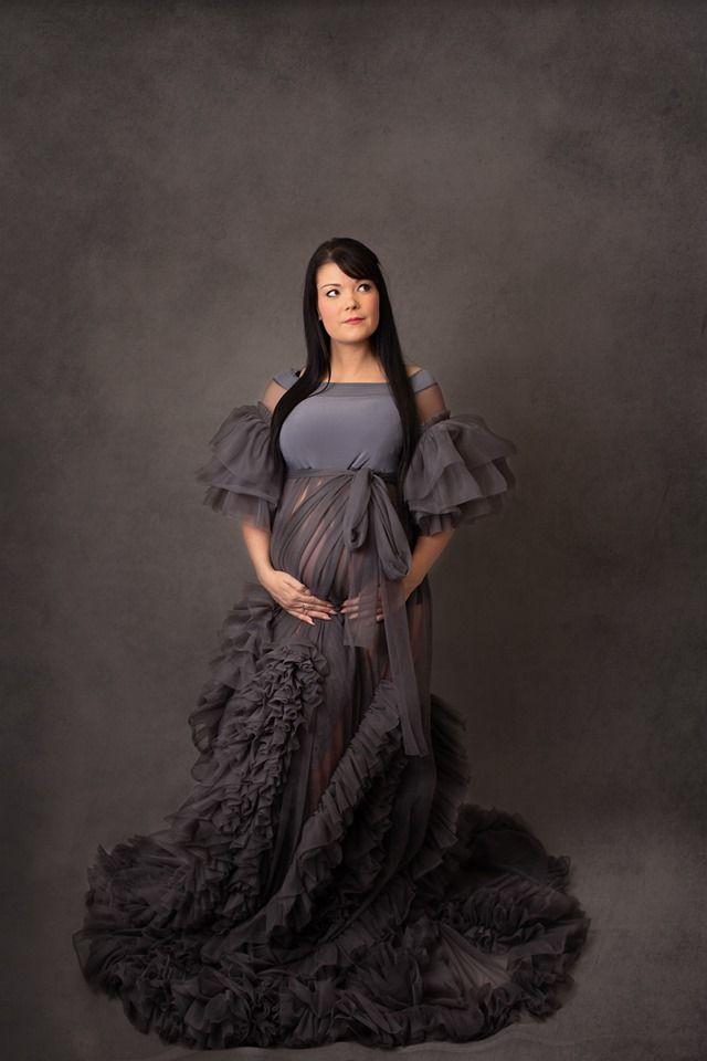 Une photo grossesse en studio mise en valeur par une jolie robe longue à volant. Photo @Aurore Deroulez Trouver votre photographe sur www.regardauteur.com    #femme #grossesse #studio #shooting #robe #portrait #photographe #photographie #regardauteur