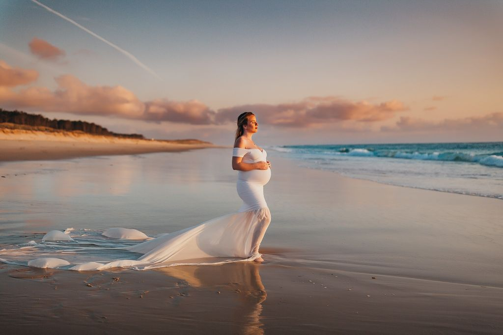 Portrait d'une grossesse sur la plage au soleil couchant. Photo @Céline Coussau Trouver votre photographe sur www.regardauteur.com    #femme #grossesse #robe #blanche #plage #soleilcouchant #shooting #portrait #photographe #photographie #regardauteur