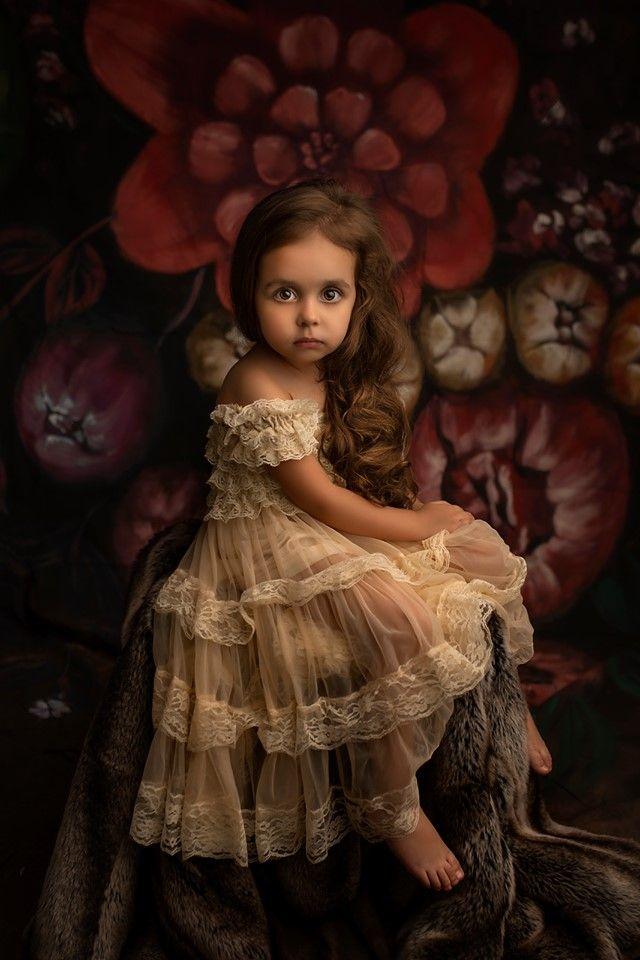 Portrait studio d'une enfant au regard perçant dans une mise en scène féérique. Photo @Cindy Fernandez  Trouver votre photographe sur www.regardauteur.com    #enfant #robe # miseenscène #regard #portrait #studio #shooting #photographe #photographie #regardauteur