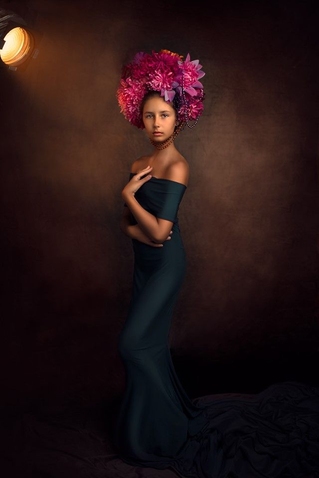 Portrait studio d'une jeune fille en robe longue mise en valeur par une jolie coiffe à fleur. Photo @Cindy Fernandez Trouver votre photographe sur www.regardauteur.com    #enfant #robe #coiffe #fleurs #portrait #studio #shooting #photographe #photographie #regardauteur