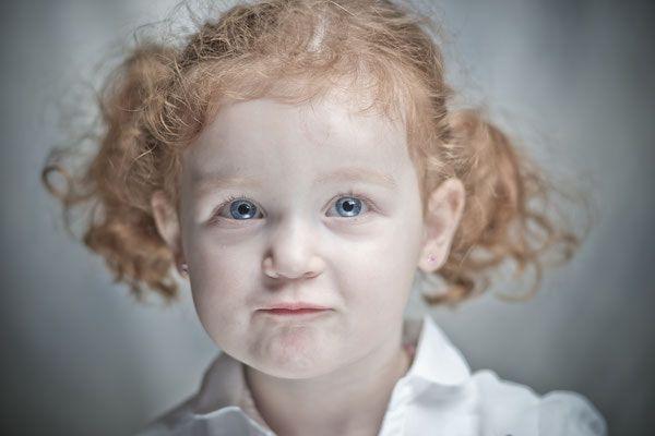 Un portrait studio d'enfant plein de naturel ! On craque pour ces jolies yeux bleues. Photo @David Mignot  Trouver votre photographe sur www.regardauteur.com    #enfant #fille #rousse #yeux #bleues #grimasse #naturel #portrait #studio #shooting #photographe #photographie #regardauteur