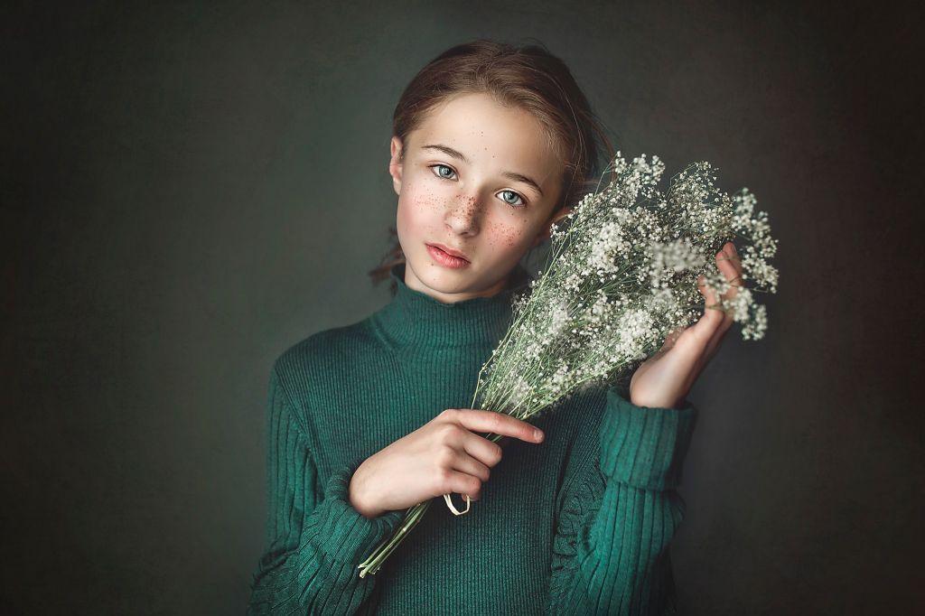 Portrait studio de cette jeune fille dont le visage est mis en valeur par ces jolies fleurs. Photo @Emilie Postec Barralier  Trouver votre photographe sur www.regardauteur.com    #enfant #fille #vert #accesoire #fleurs #simplicité #portrait #studio #shooting #photographe #photographie #regardauteur