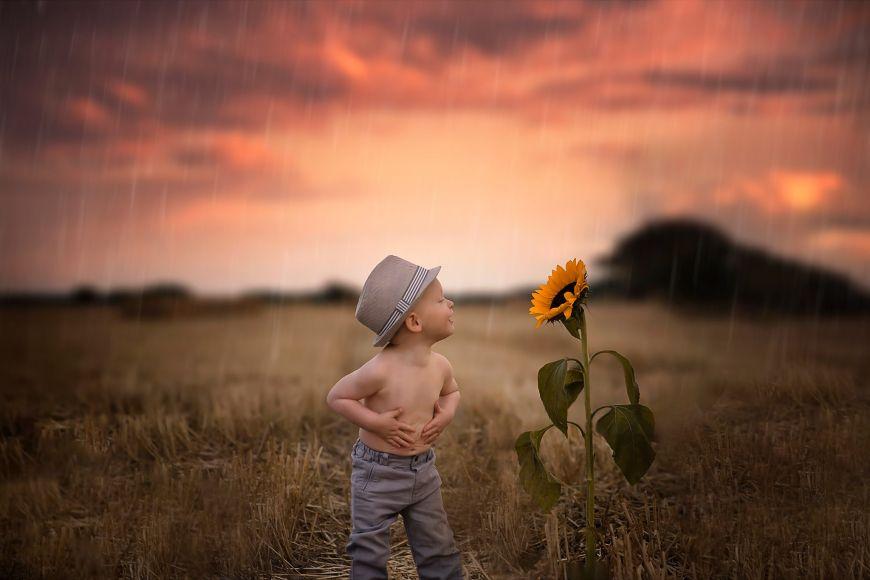 Ce jeune garçon torse nu jouant avec un tournesol sous la pluie ! Photo @Fanny Fillatre  Trouver votre photographe sur www.regardauteur.com     #enfant #garçon #chapeau #torsenu #nature #tournesol #fun #pluie #champs #portrait #exterieur #soleilcouchant #shooting #photographe #photographie #regardauteur