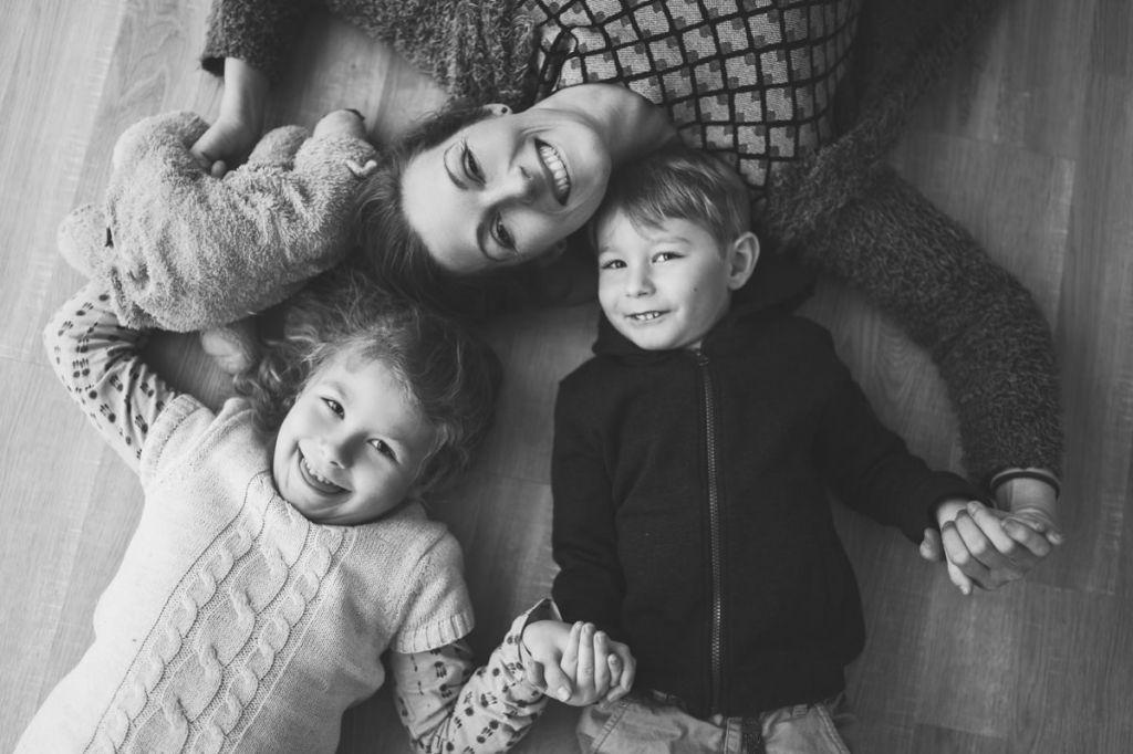 Portrait noir et blanc d'un jolie moment de partage d'une mère avec ses enfants ! Photo @Helene Douay  Trouver votre photographe sur www.regardauteur.com    #famille #maman #enfants #rires #complicité #noiretblanc #shooting #portrait #studio #photographe #photographie #regardauteur
