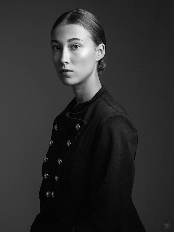 Portrait studio noir et blanc tout en simplicité de cette jeune femme aux cheveux tirés ! Photo @Jerome Morin  Trouver votre photographe sur www.regardauteur.com     #femme #simple #portrait #studio #noiretblanc #photographe #photographie #regardauteur