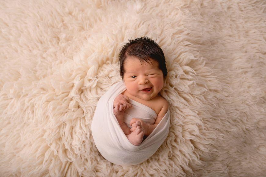 Voici un jolie portrait d'un bébé bien éveillé qui fait un clin d'oeil ! Photo @Jessica Bazureau  Trouver votre photographe sur www.regardauteur.com    #bébé #nourrisson #naissance #portrait #studio #fun #mignon #photographe #photographie #regardauteur