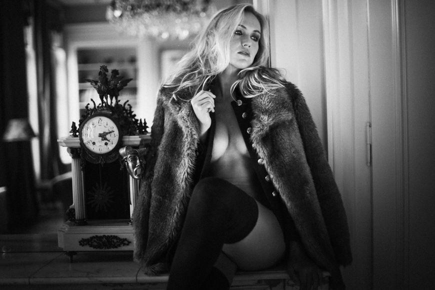 Jeune femme nu mise en avant par des jeux d'ombres ! Photo @Julien Laurent Georges Trouver votre photographe sur www.regardauteur.com    #femme #nudité #fourrure #décor #portrait #noiretblanc #shooting #photographe #photographe #regardauteur