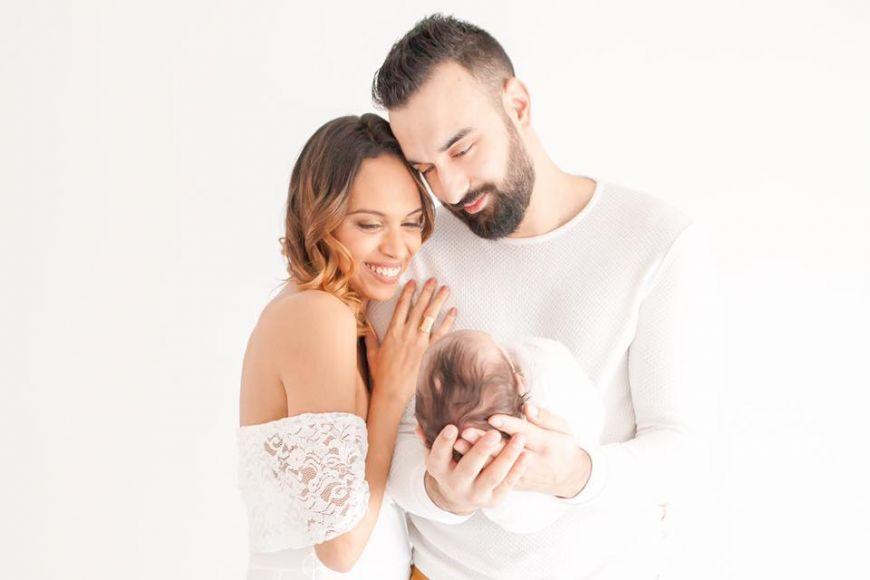 Jeunes parents avec leur bébé dans les bras ! Photo @Kahina Fabre  Trouver votre photographe sur www.regardauteur.com    #parents #bébé #tendresse #portrait #famille #studio #photographe #photographie #regardauteur