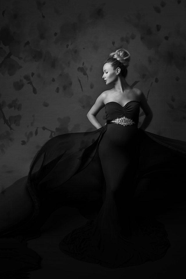 Superbe photo studio noir et blanc d'une jeune femme à la robe longue élégante ! Photo @Kamy Comont Selosse  Trouver votre photographe sur www.regardauteur.com    #femme #robe #noiretblanc #shooting #portrait #studio #photographe #photographie #regardauteur