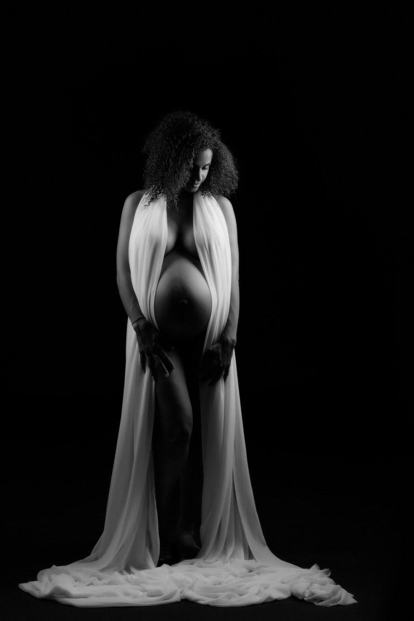 Portrait studio en noir et blanc pour cette femme enceinte nue enveloppée d'un voilage blanc ! Photo @Magali Tarasco  Trouver votre photographe sur www.regardauteur.com    #femme #enceinte #grossesse #nudité #ombre #noiretblanc #portrait #studio #photographe #photographie #regardauteur