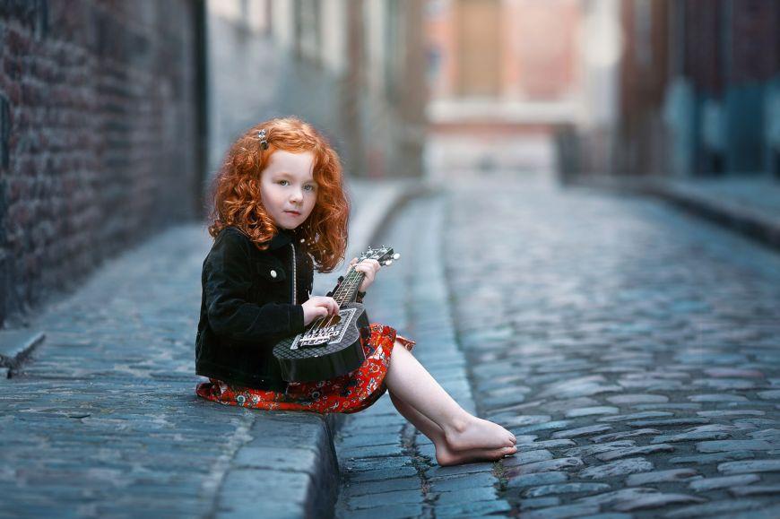 Belle chevelure rousse, pied nu, guitare à la main ! Photo @Marie Destampes Trouver votre photographe sur www.regardauteur.com     #enfant #fille #rousse #piednu #guitare #accesoire #extérieur #rue #shooting #portrait #photographe #photographie #regardauteur