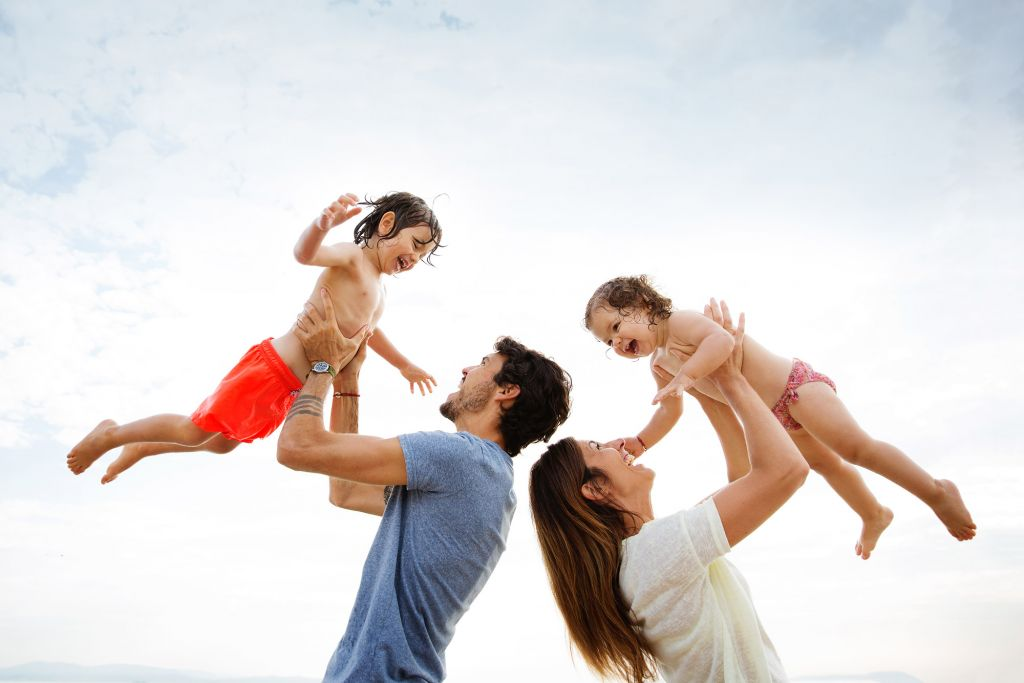 Une photo de famille qui touche le ciel ! Photo @Lisa Tichané  Trouver votre photographe portrait sur www.regardauteur.com/fr   #famille #parents #enfants #fun #sourire #portrait #unique #magique #photographe #photographie #photography #regardauteur