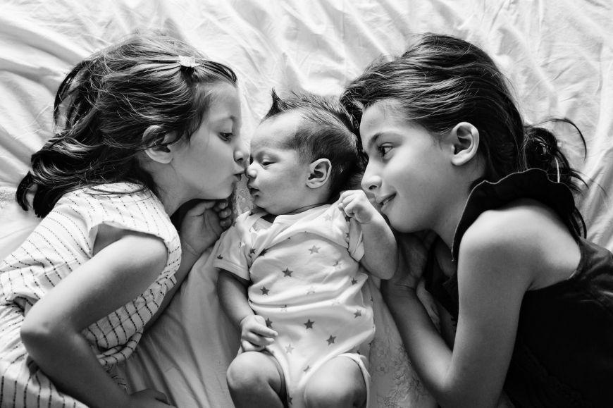 Un portrait de famille entre enfants ! Photo @Lisa Tichané  Trouver votre photographe portrait sur www.regardauteur.com/fr  #enfants #bébé #bisou #complicité #tendresse #noiretblanc #portrait #famille #photographe #photographie #photography #regardauteur
