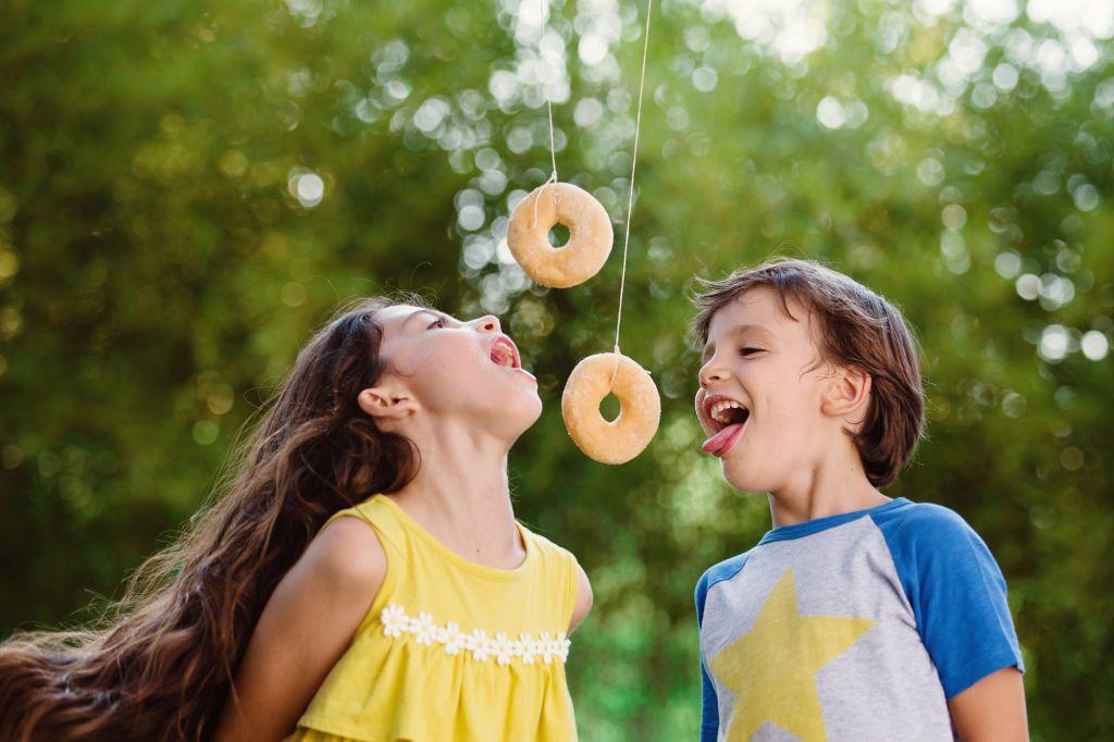 Un goûter tout en originalité à travers de ce portrait ! Photo @Lisa Tichané  Trouver votre photographe portrait sur www.regardauteur.com/fr   #enfants #frere #soeur #donuts #jeu #complicité #rire #fun #portrait #naturel #photographe #photographie #photography #regardauteur