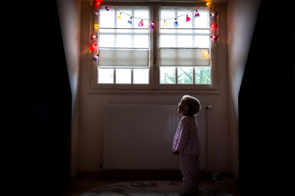Un portrait à la maison pour cette petite fille en pyjama ! Photo @Sybil Rondeau  Trouver votre photographe portrait sur www.regardauteur.com/fr  #enfant #fille #pyjama #lumière #magique #portrait #maison #photographe #photographie #photography #regardauteur