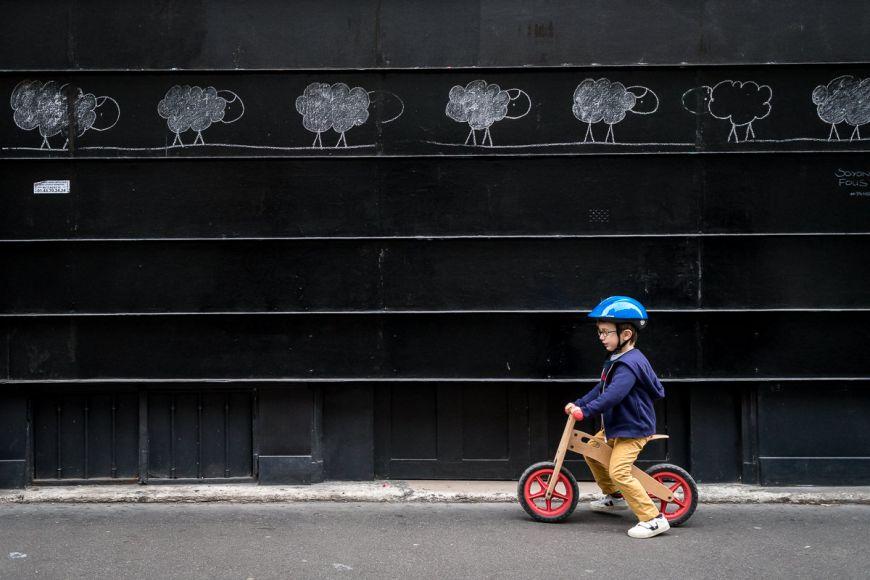 Promenade à vélo pour ce petit garçon ! Photo @Sybil Rondeau Trouver votre photographe sur www.regardauteur.com #enfant #garçon #velo #casque #promenade #portait #documentaire #photographe #photography #photographie #regardauteur