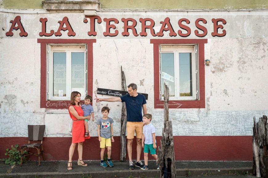Petite Balade pour cette famille ! Photo @Sybil Rondeau Trouver votre photographe sur www.regardauteur.com #Famille #parents #enfants #balade #promenade #portrait #documentaire #photographe #photography #photographe #regardauteur