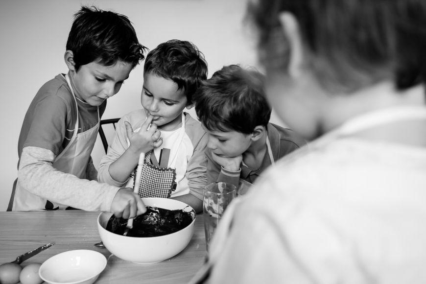 Moment cuisine pour cette jolie famille ! Photo @Sybil Rondeau Trouver votre photographe sur www.regardauteur.com #Famille #enfants #cuisiniers #gâteau #chocolat #portrait #documentaire #photographe #photography #photographie #regardauteur