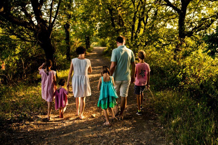 Promenade en foret pour cette grande famille ! Photo @Oceane Dussauge Trouver votre photographe sur www.regardauteur.com #Famille #parents #enfants #promenade #foret #portrait #documentaire #outside #photographe #photography #photographie #regardauteur