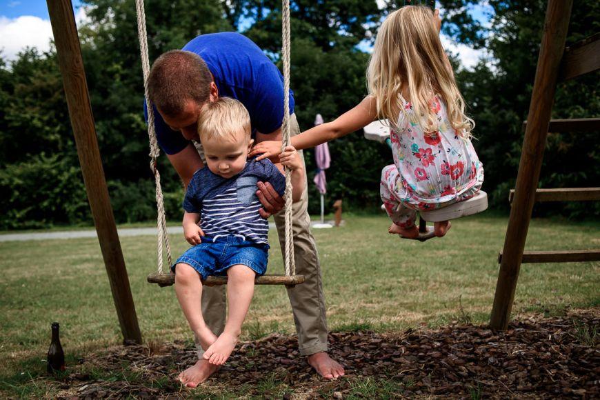 Une jolie photo documentaire de la vie de famille ! Photo @Sybil Rondeau Trouver votre photographe sur www.regardauteur.com #famille #enfants #père #balançoire #portrait #documentaire #photographe #photography #photographie #regardauteur
