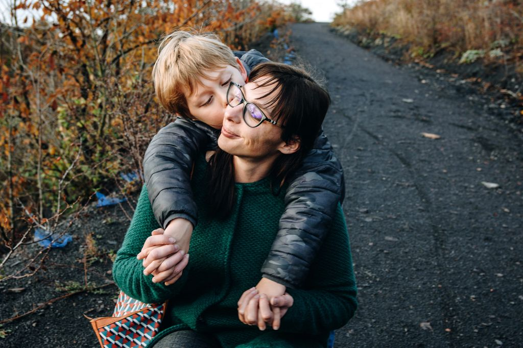 Moment de tendresse pour cette maman et son fils ! Photo @Alexandra Laurent Trouver votre photographe sur www.regardauteur.com #Mère #fils #famille #promenade #tendresse #bisou #portait #documentaire #outside #photographe #photography #photographie #regardauteur