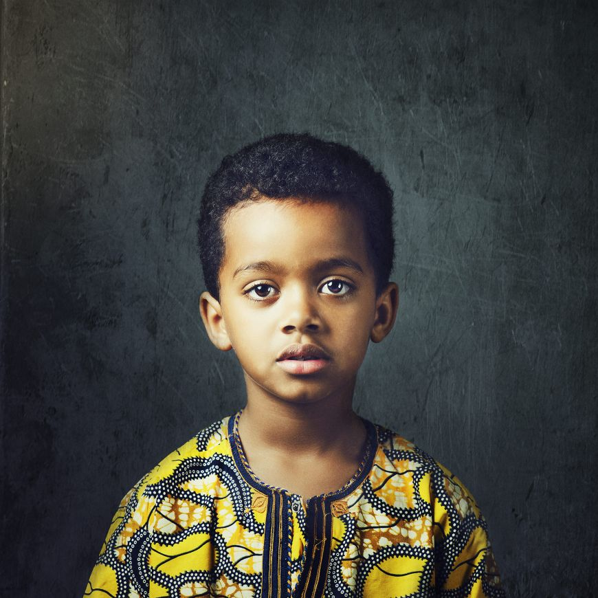 Un beau portrait studio pour ce petit garçon en tenue typique africaine ! Photo @Johanna Cavel Trouver votre photographe portrait sur www.regardauteur.com/fr  #enfant #garçon #portrait #studio #photographe #photographie #photography #regardauteur