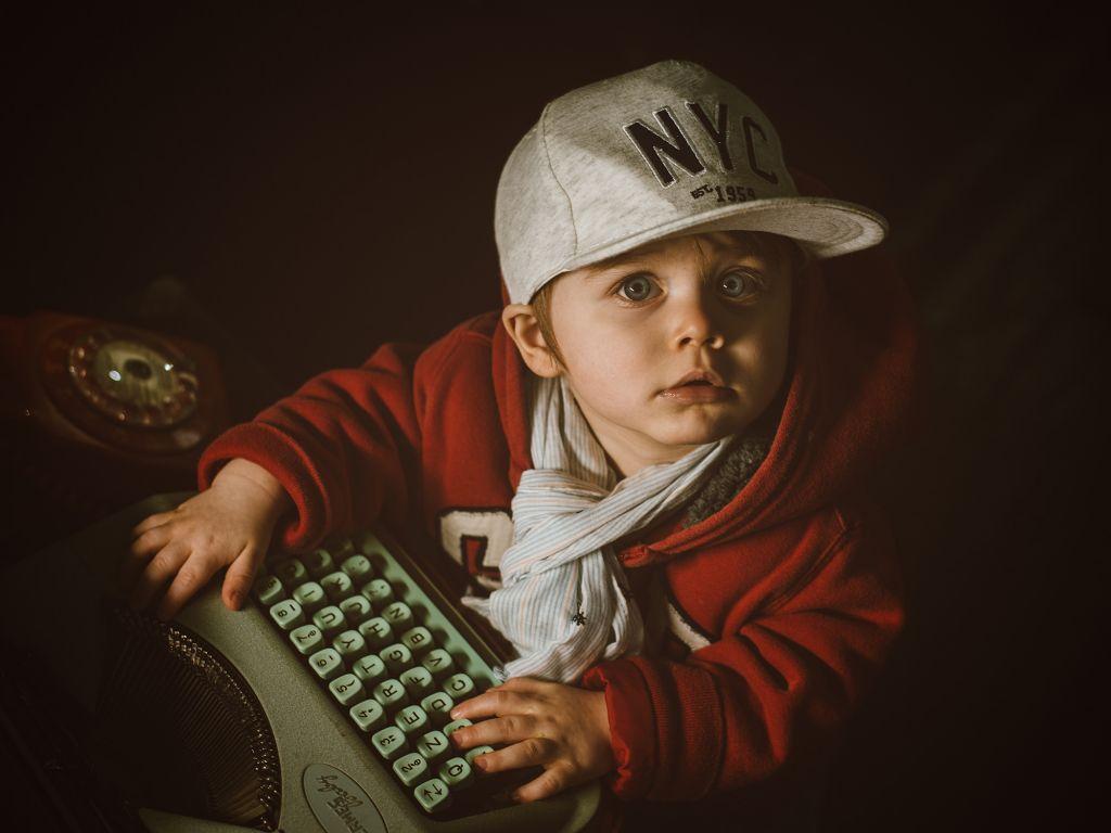 Un beau portrait studio pour ce petit garçon avec sa casquette et sa machine à écrire ! Photo @Jerome Morin Trouver votre photographe portrait sur www.regardauteur.com/fr  #enfant #garçon #casquette #décor #portrait #studio #photographe #photographie #photography #regardauteur