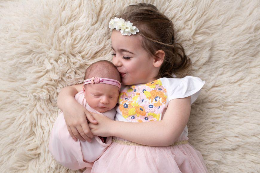 Portrait plein de tendresse d'une jeune fille et de sa petite soeur bébé. Photo @Cindy Fernandez  Trouver votre photographe sur www.regardauteur.com  #enfants #soeurs #bébé #baby #naissance #newborn #tendresse #portrait #studio #shooting #photographe #photographie #photography #regardauteur