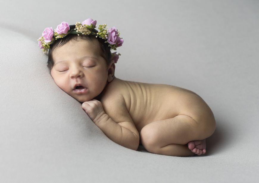 Jolie mise en scène de bébé nue, dormant avec une couronne de fleurs ! Photo @Jerome Morin  Trouver votre photographe sur www.regardauteur.com #bébé #baby #nourrisson #newborn #nu #accesoires #bandeau #fleurs #shooting #photographe #photographie #photography #regardauteur