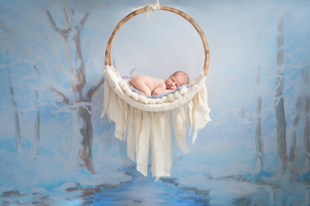 Jolie mise en scène de bébé nue, dormant dans un panier suspendu ! Photo @Emilie Zangarelli Trouver votre photographe sur www.regardauteur.com #bébé #baby #nourrisson #newborn #nu #panier #décor #babyshoot #shooting #photographe #photographie #photography #regardauteur