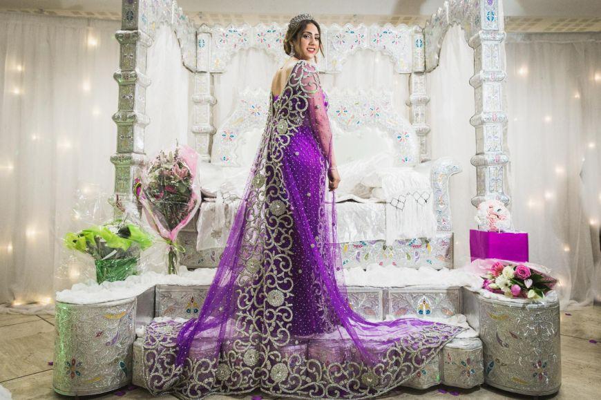 Une mariée dans sa robe traditionnelle orientale pour son mariage. Photo @Karim Kheyar  Trouver votre photographe sur regardauteur.com  #mariage #wedding #jourj #mariée #robe #cérémonie #marocaine #tradition #traditionel #musulman #décor #photography #photographie #photographe #regardauteur