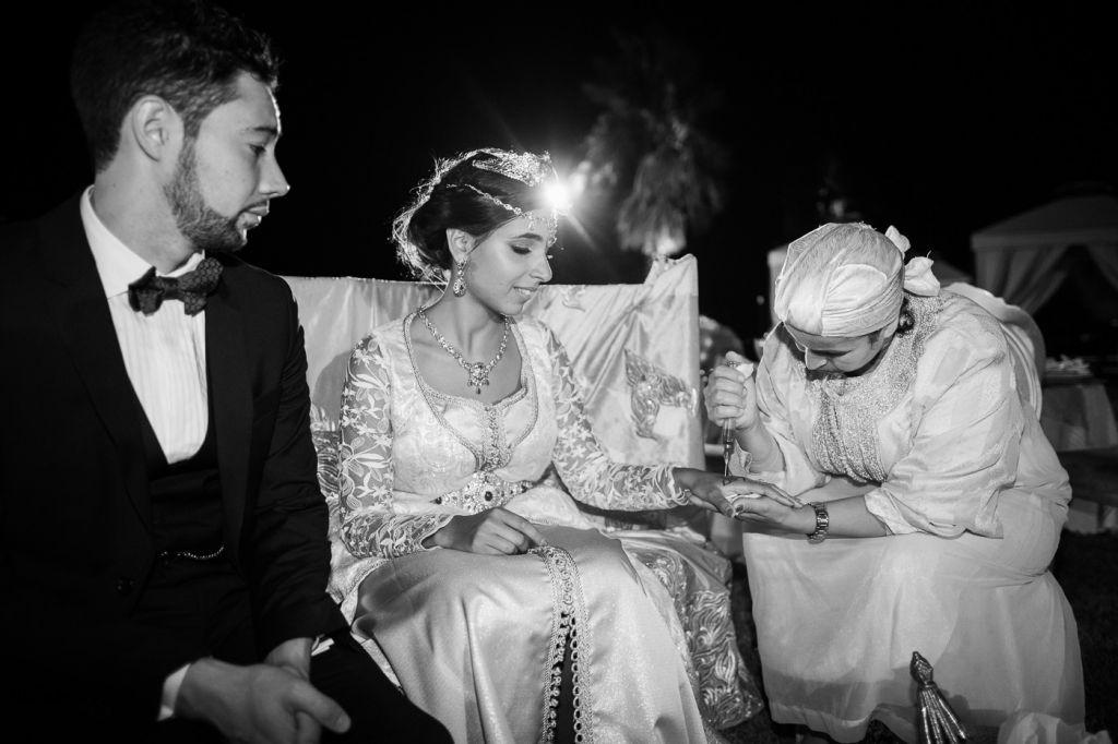 Photo d'une mariée durant la traditionnelle cérémonie du henné ! Photo @Sylvain Bouzat  Trouver votre photographe sur regardauteur.com   #mariage #wedding #jourj #mariée #dress #cérémonie #marocaine #musulman #tradition #henné #photography #photographie #photographe #regardauteur