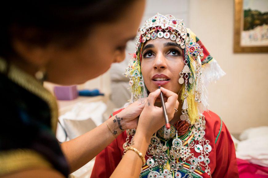Préparation d'une mariée lors d'un mariage de traditionnel marocain ! Photo @Sylvain Bouzat  Trouver votre photographe professionnel sur regardauteur.com   #mariage #wedding #jour #traditionnel #marocain #mariée #maquillage #robe #famille #photographie #photography #photographe #regardauteur