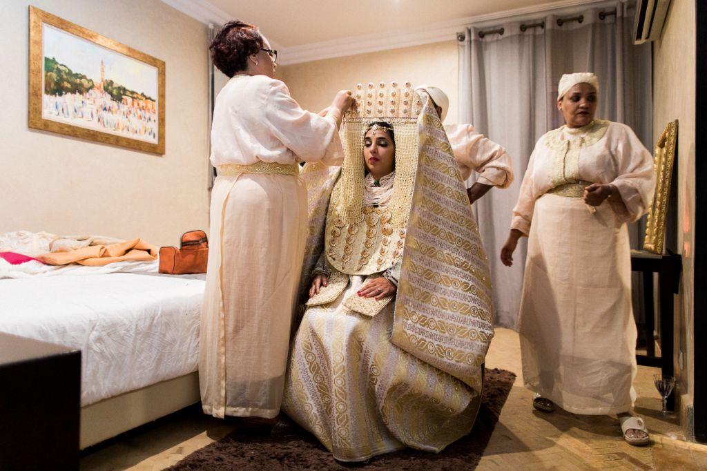 Une mariée en tenue traditionnelle marocaine, la lebssa fassia blanche accompagnée de ses naggafats ! Photo @Sylvain Bouzat  Trouver votre photographe professionnel sur regardauteur.com   #mariage #wedding #jour #traditionnel #marocain #mariée #lebssafassia #robe #blanche #famille #photographie #photography #photographe #regardauteur