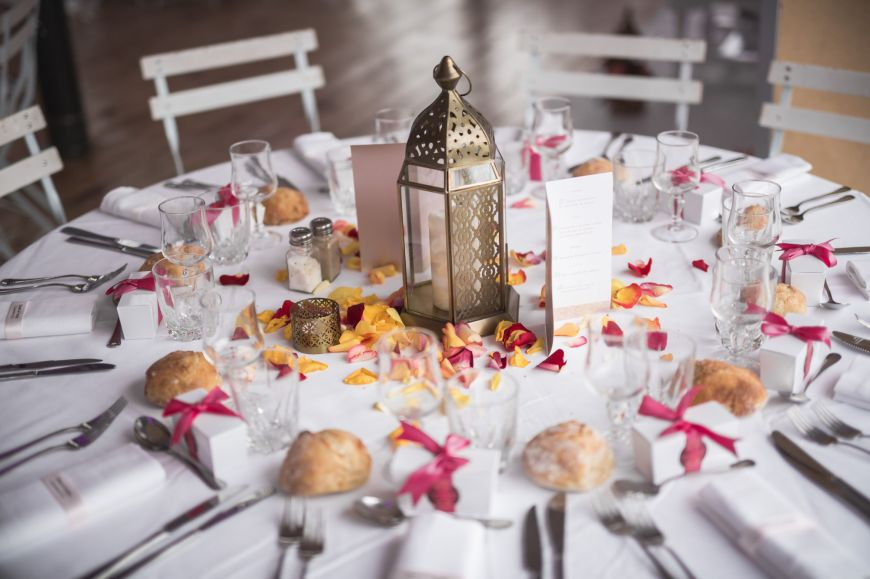 Décoration de table traditionnelle lors d'un mariage musulman ! Photo @Karim Kheyar ?Trouver votre photographe professionnel sur regardauteur.com    #mariage #wedding #jourj #traditionnel #tradition #musulman #décoration #table #idées #photographie #photography #photographe #regardauteur