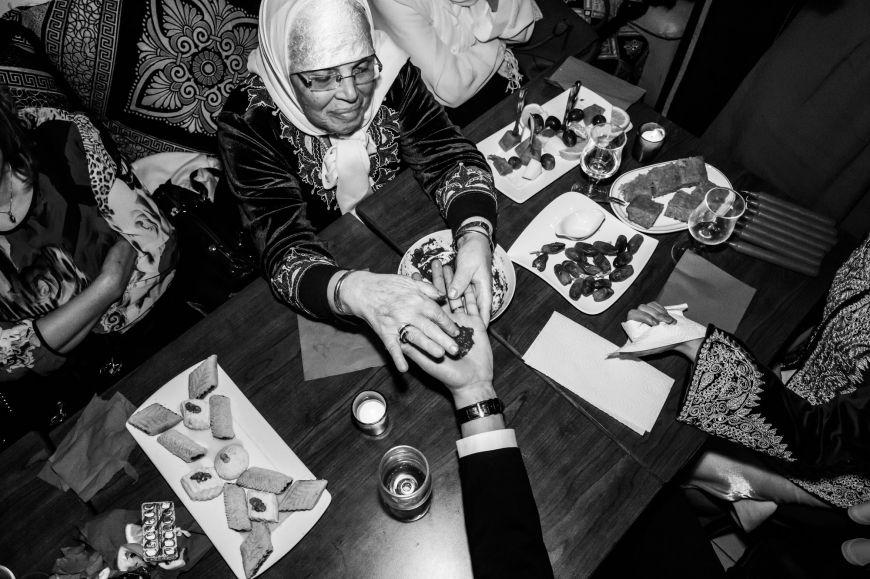 Rituel traditionnel du henné ! Photo @Karim Kheyar  Trouver votre photographe sur regardauteur.com   #mariage #wedding #jourj #gâteau #cérémonie #marocaine #musulman #tradition #henné #photography #photographie #photographe #regardauteur