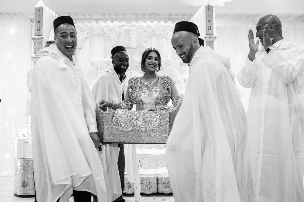 L'arrivée de la mariée lors de son mariage traditionnelle marocain ! Photo @Karim Kheyar  Trouver votre photographe sur regardauteur.com  #mariage #wedding #jourj #mariée #robe #cérémonie #marocaine #musulman #tradition #amariya #chaise #photography #photographie #photographe #regardauteur