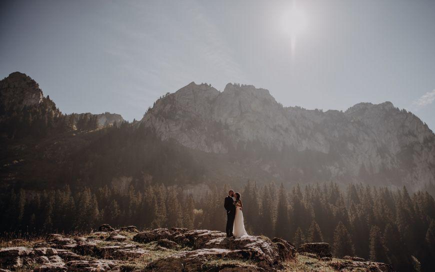 Portrait à la montagne d'un jeune couple marié sous les rayons naturelles du soleil ! Photo @Céline Mussano  Trouver votre photographe sur www.regardauteur.com    #couple #jeunemarié #mariee #maries #mariage #wedding #love #amour #montagne  #soleil #nature #amour #shooting #portrait #photographe #photographie #photographer #photography #regardauteur