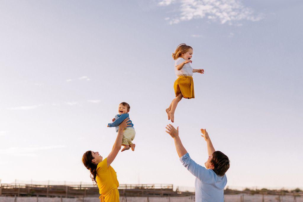Portrait plein de complicité pour cette jolie famille ! Photo @Estelle Chlor Trouver votre photographe sur www.regardauteur.com    #famille #enfants #kids #parents #fun #complicité #amour #ciel #shooting #portrait #extérieur #photographe #photographer #photo #photographie #photography #regardauteur
