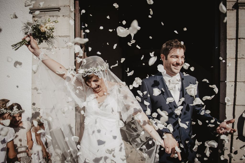 Une sortie tout en fleurs pour ces jeunes mariés. Photo @Patricia Hendrychova Estanguet  Trouver votre photographe sur regardauteur.com   #mariage #wedding #sortie #fleurs #flowers #marié #mariée #mariés #cérémonie #inspiration #photographie #photography #photographe #photographer #regardauteur