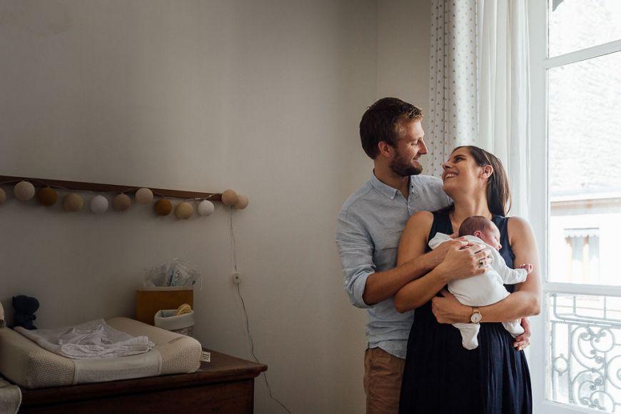 Une prise de vue lifestyle pour capturer la naissance de ce bébé ! Retrouver votre photographe sur regardauteur.com #bébé #naissance #nouveauné #famille #amour #parents #lifetsyle #home #photographie #photography #photo #photographe  #photographer #regardauteur