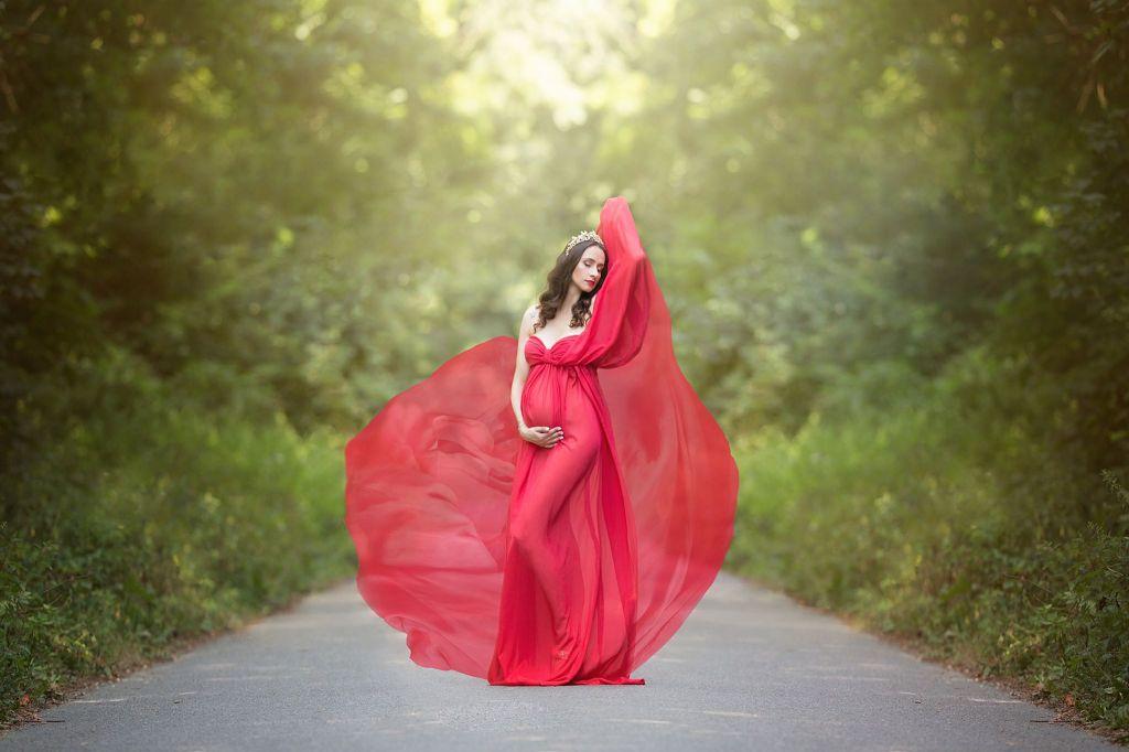 Une sublime femme enceinte mise en valeur par une robe rouge au voile volant dans un décor naturel. Photo @Aurelie Nadelec  Trouver votre photographe sur www.regardauteur.com   #femme #robe #dress #rouge #diadème #grossesse #naissance #portrait #nature #photographe #photographer #photography #photographie #regardauteur