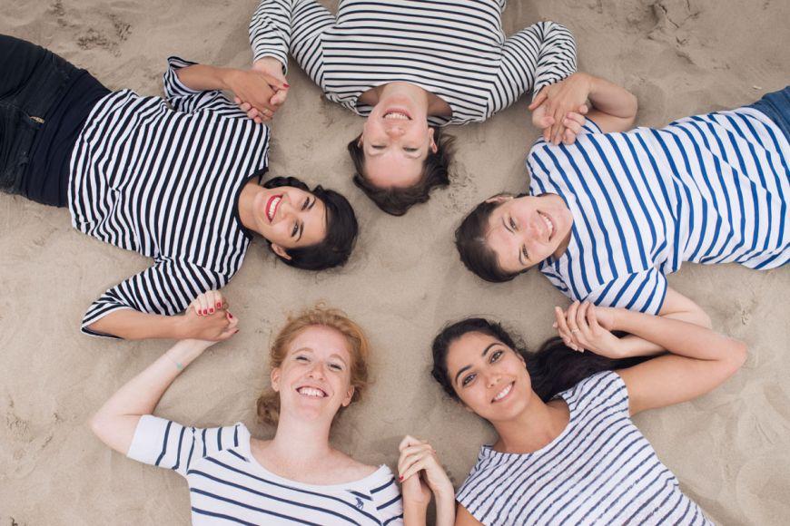 shooting photo famille cercle jeunes femmes