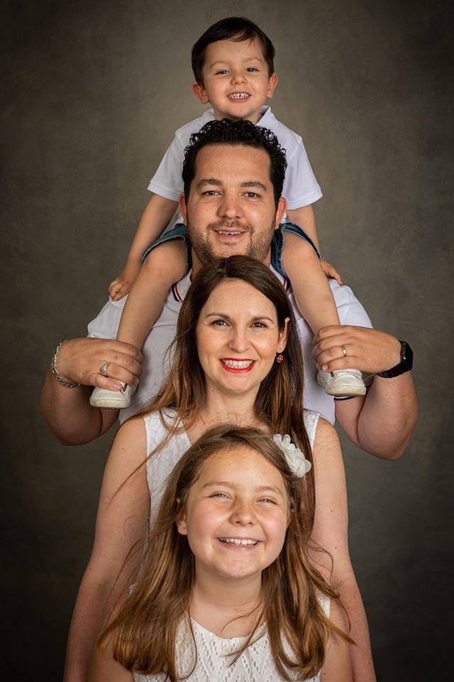 shooting photo famille studio les uns sur les autres