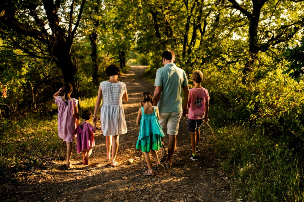 Shooting photo famille de dos forêt