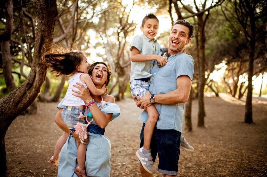 shooting photo famille rires deux enfants