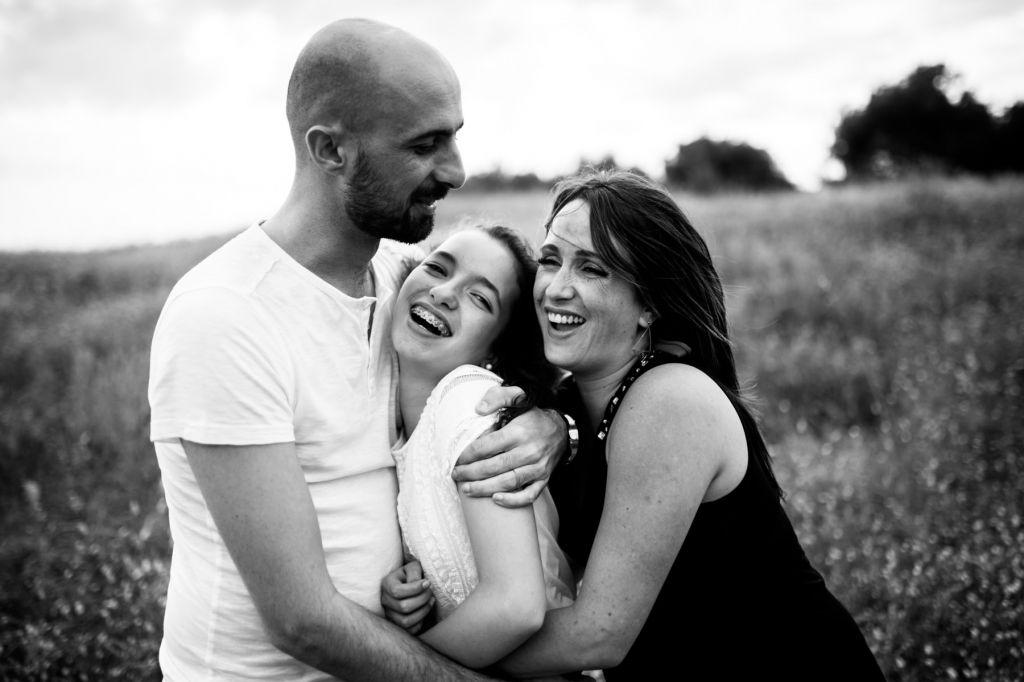 shooting photo famille noir et blanc enfant unique